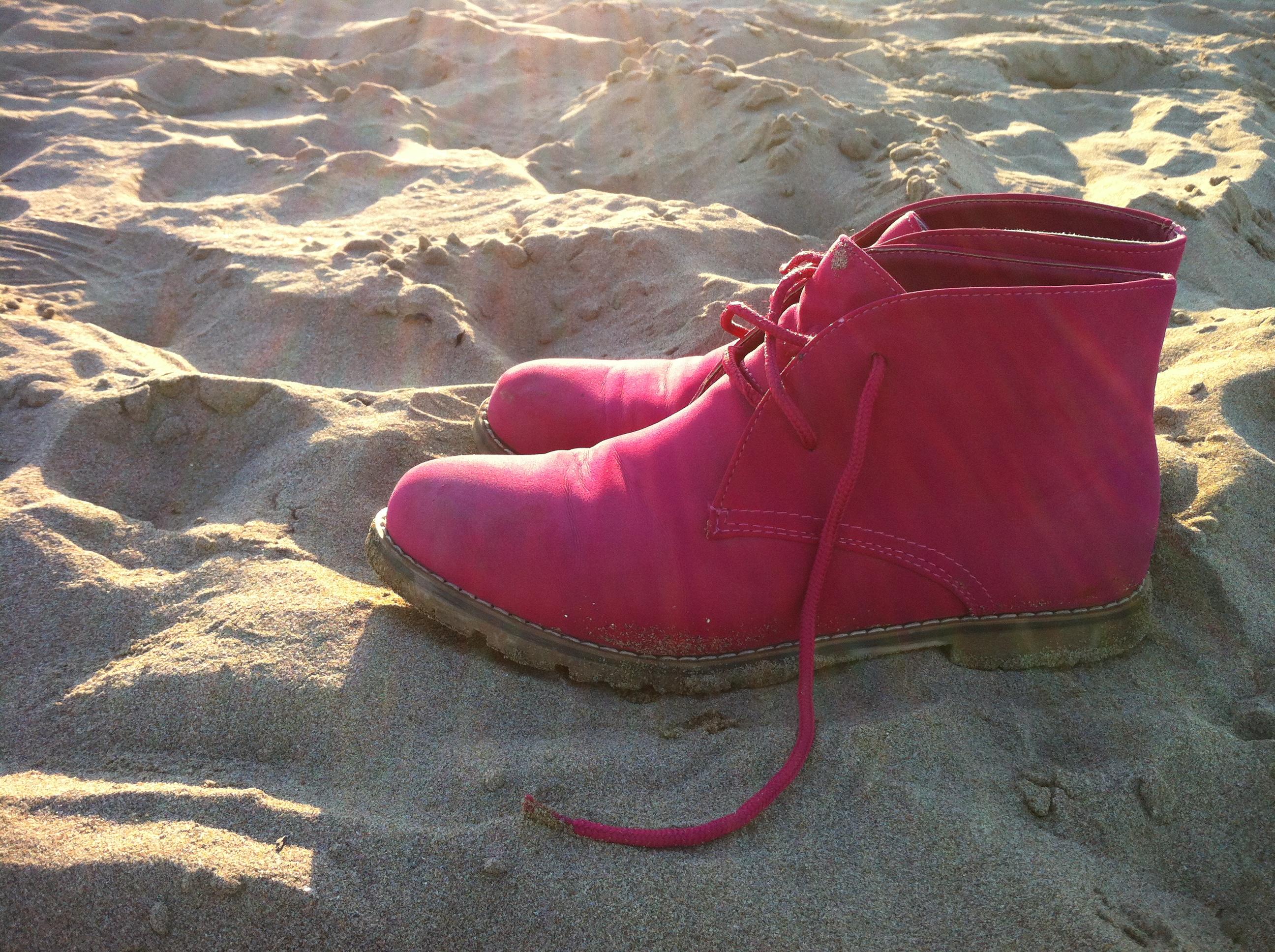 scarpe al sole nella spiaggia