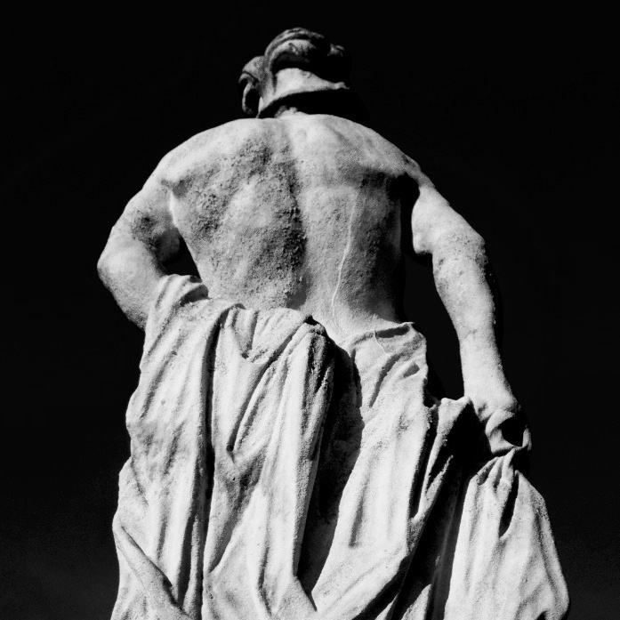 statua - torso visto da dietro - bianco e nero