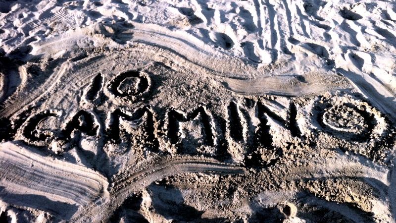 """""""Io cammino"""" scritto sulla sabbia - Exploradora"""